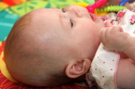 Crâne plat des bébés : le port d'un casque serait inefficace