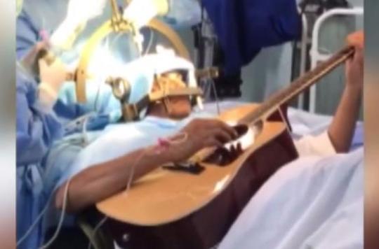 Inde: un musicien joue de la guitare pendant une neurochirurgie