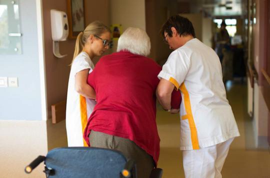 Elle est exclue du lycée pour avoir filmé des malades d'Alzheimer