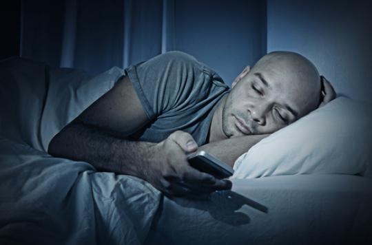 Smartphone : un usage intensif réduit la qualité du sommeil