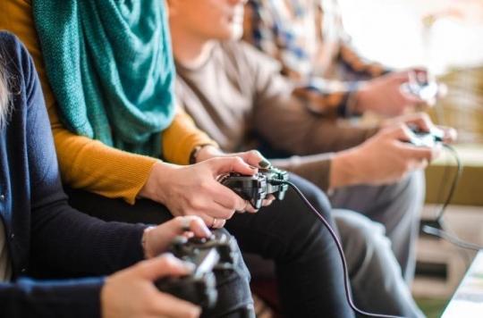 """Résultat de recherche d'images pour """"personnes entrain de jouer aux jeux vidéo"""""""