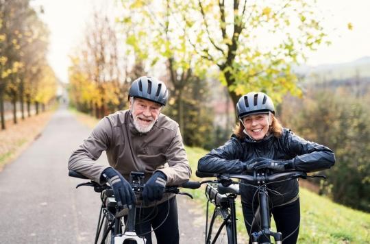 Faire du vélo électrique améliorerait la santé mentale des seniors