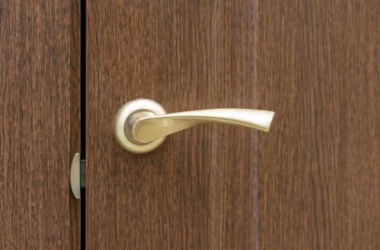 Limitation de la Covid-19 : cette innovation permet d'ouvrir les portes avec ses pieds