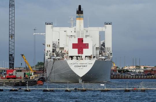 Un hôpital d'urgence en plein Central Park et un navire-hôpital au port de Manhattan