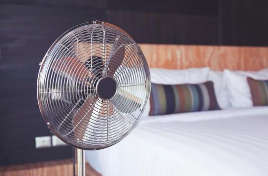 Canicule : pourquoi il est dangereux pour la santé de dormir avec le ventilateur