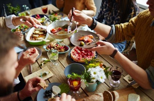 Nous mangeons plus quand nous sommes avec nos proches
