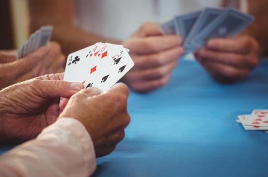 Démence : jouer aux cartes ou parier sur des courses de chevaux diminue les risques