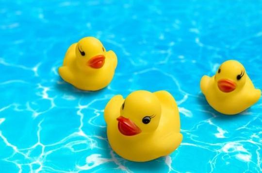 Les canards en plastique dans le bain sont des nids à microbes pour les enfants