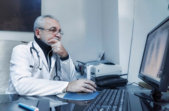Un médecin guéri d'un cancer se lance dans la recherche contre le cancer du col de l'utérus