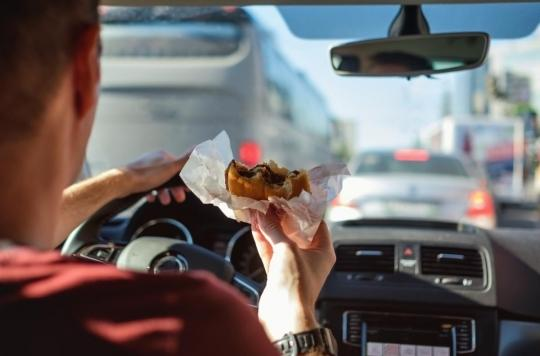 Départ en vacances : trop manger avant de prendre le volant augmente le risque d'accident