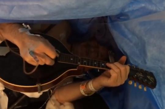 Cerveau : Jim Milot se fait opérer en jouant de la mandoline