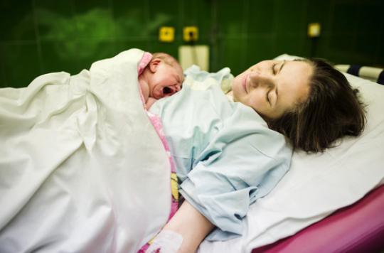 Peau-à-peau : il favorise l'allaitement maternel