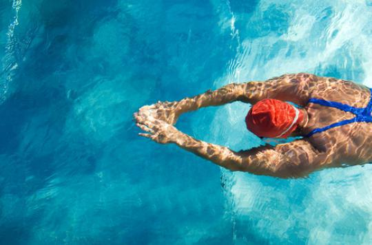 Faire pipi dans la piscine provoque la formation de molécules toxiques