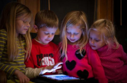 Sédentarité des enfants : les Français accusent les tablettes