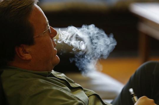 E-cigarette : 120 médecins contre son interdiction dans les lieux publics