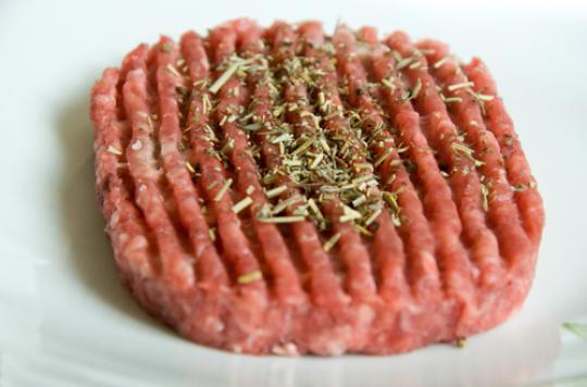 Bactéries : des lots de steaks hachés contaminés retirés des rayons