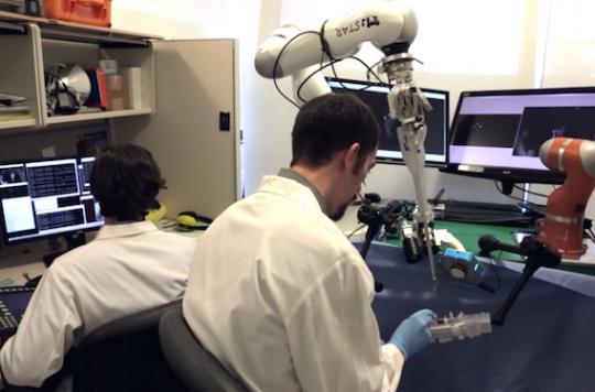 Opérer des intestins : le robot fait aussi bien que le chirurgien