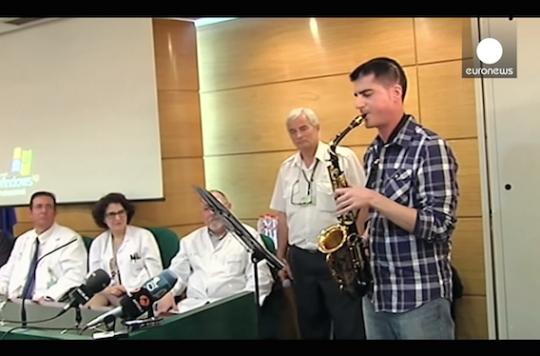 Cerveau : Carlos Aguilera joue du saxophone pendant son opération