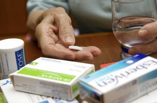 Seniors : les médicaments écrasés donnent mauvais goût à la nourriture