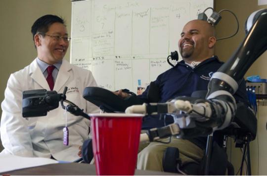 VIDEO. Un tétraplégique contrôle un bras artificiel par la pensée