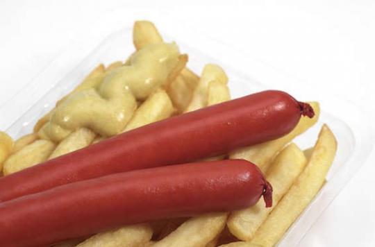 Couper les saucisses knack en quatre pour les petits enfants