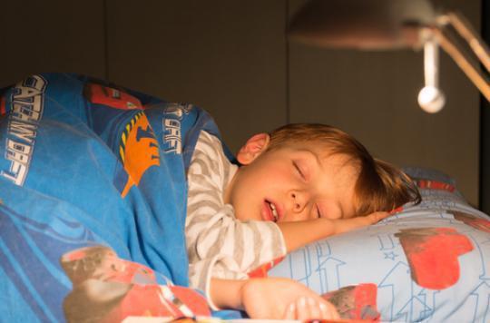 Sommeil : les enfants devraient dormir une heure et demie de plus