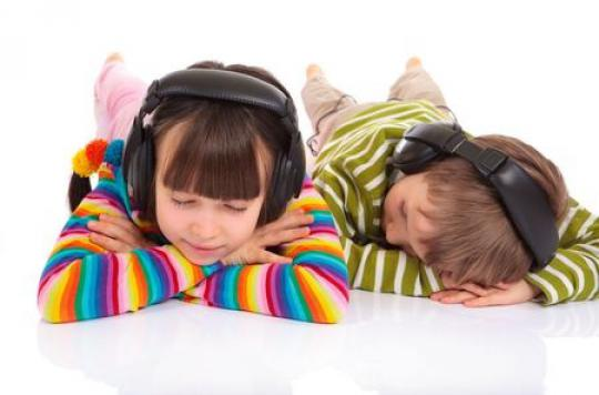 Sommeil : 4 ados sur dix s'endorment avec un casque sur les oreilles