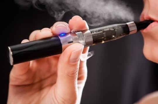 E-cigarette : vapoter au bureau sera passible d'une amende