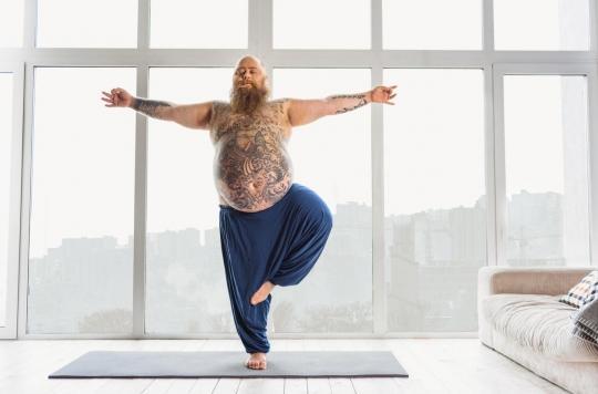 sexe total avec une femme chauve portant une multitude de tatouages sur le corps