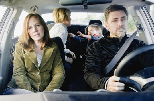 Devant les enfants: les parents se conduisent mal au volant