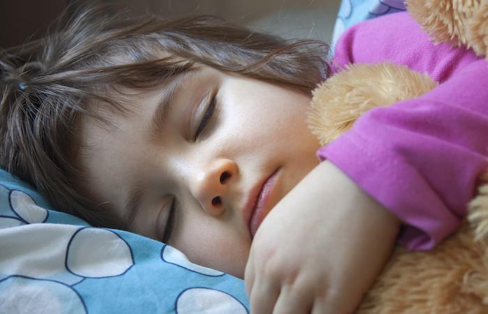 Obésité infantile : se coucher à heure fixe réduit le risque