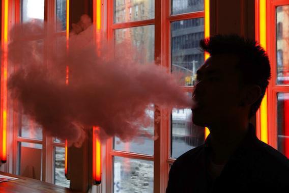 E-cigarette : le vapotage au travail interdit dans « quelques semaines »