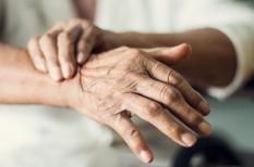 Tremblement essentiel : un traitement différent de celui du Parkinson